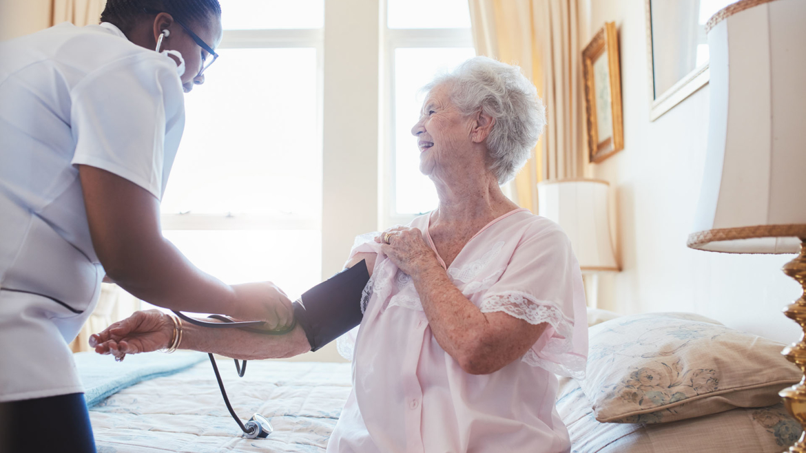 Keeping Mom Home: 5 Things to Look for in a Home Health Care Aid